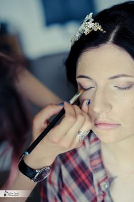 maquillage professionnel mariée en pleine réalisation